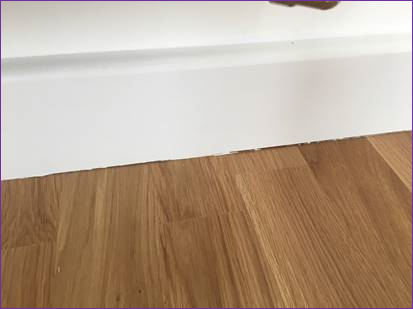 Snagging-Survey---skirting-board-not-flush-to-the-flooring.png